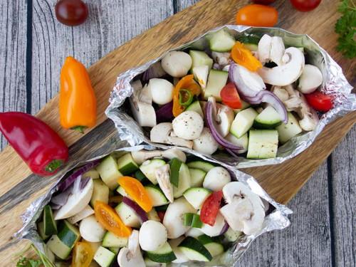Gemüse Päckchen zum Grillen mit Pilzen, Zucchini und tomaten