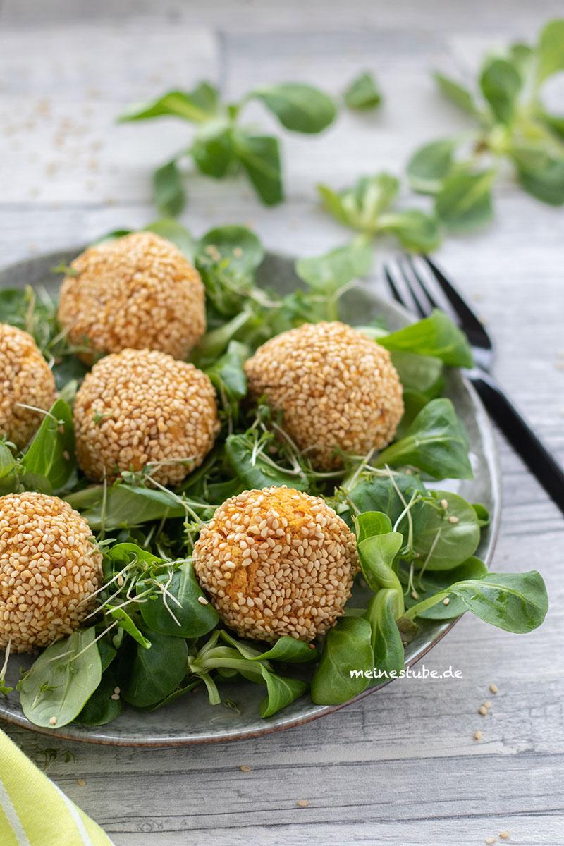 Rezept für Couscousbällchen mit Sesam auf Feldsalat