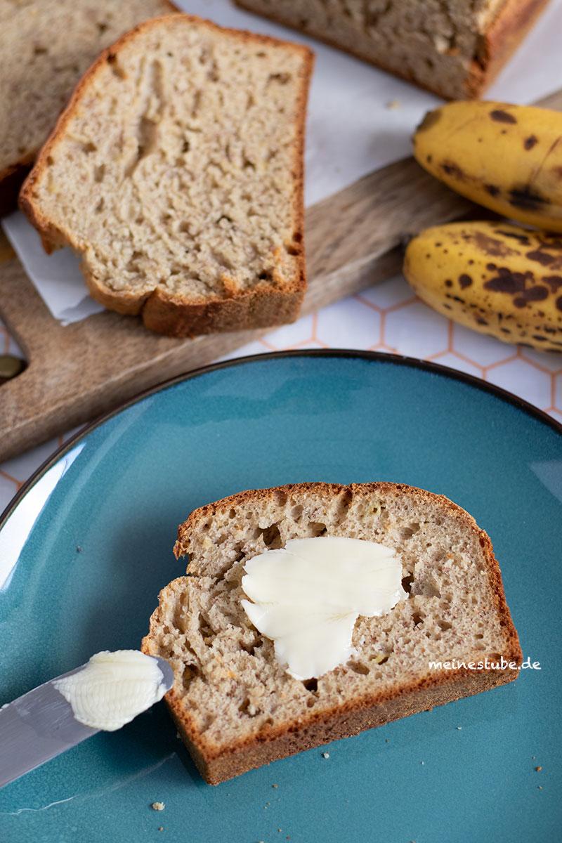 Bananenbrot Scheibe mit Butter bestrichen, meinestube