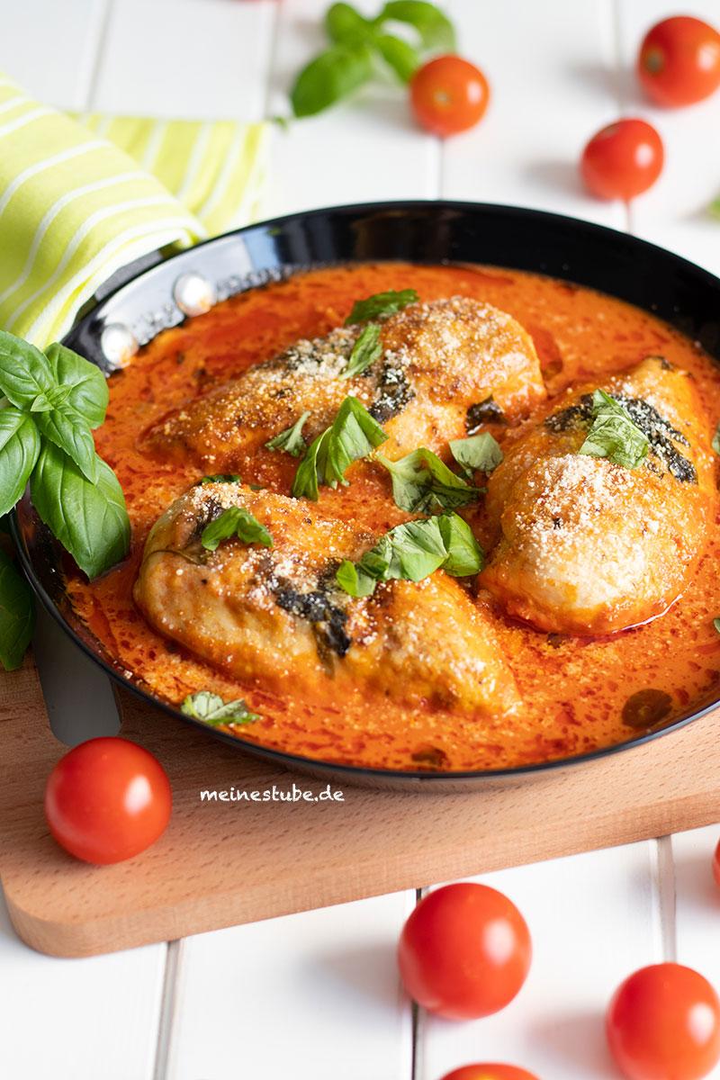 Mittagessen mit Hähnchenbrustfilet und Tomatensauce, meinestube
