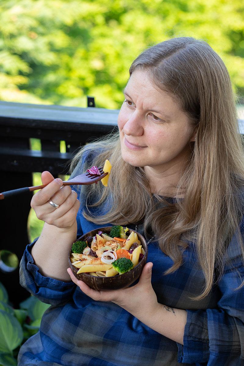 Genüsslich einen Pasta-Gemüse-Salat essen
