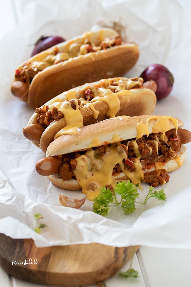 Hot Dog mit Hackfleisch und Käsesauce, meinestube