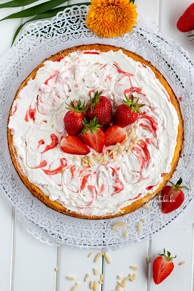 Kaesekuchen mit Erdbeersahne und Keksboden
