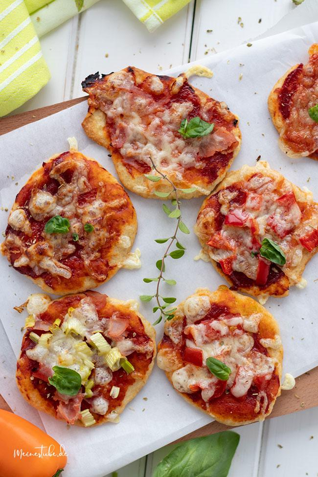 Kinderpizza mit Tomatenmark, Käse und anderen Zutaten belegt. Meinestube