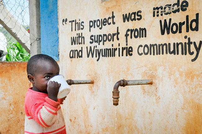 Kind mit frischem Trinkwasser, meinestube