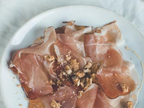 Rezept für Vorspeise mit Schinken, Honig und Walnüssen, meinestube
