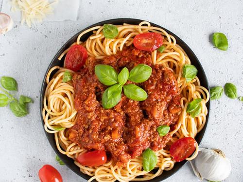 Bolognese mit Spaghetti in einer schwarzen Pfanne, meinestube