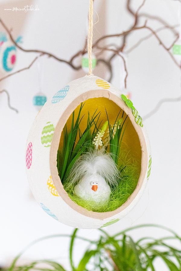 Ein Hahn im gebasteltem Osterei aus Toilettenpapier von Meinestube