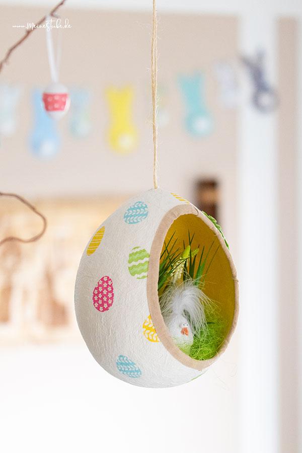 Ein aufgehängtes Osterei aus Toilettenpapier von Meinestube