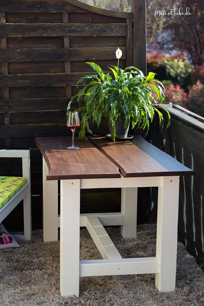Gartentisch auf dem Balkon mit Bank von meinestube