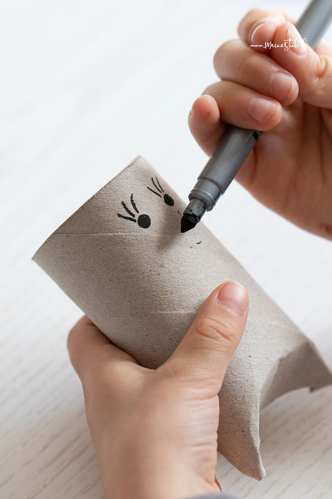 Augen und Nase auf die Toilettenpapierrolle malen mit meinestube