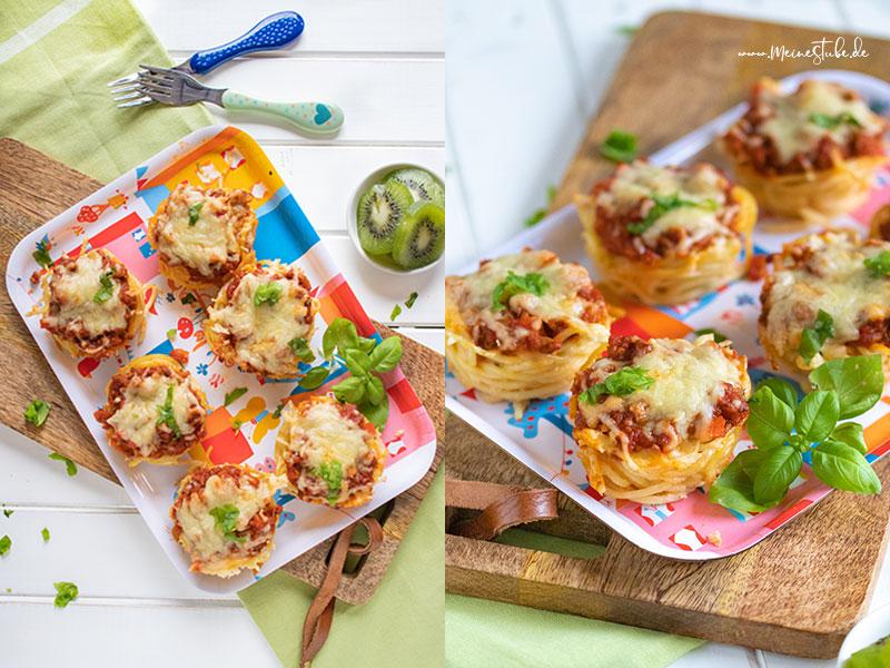 Spaghetti-Bolognese-Muffins auf ein Brettchen gelegt, mit meinestube