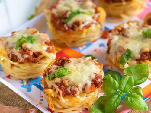 Spaghetti-Bolognese-Muffins auf einem bunten Tablett von meinestube