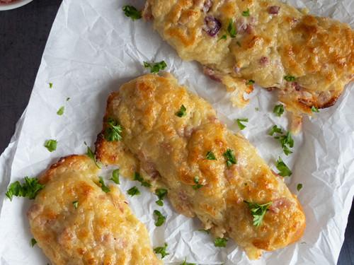 Flammkuchen Laugenstangen mit Creme fraiche und Käse von meinestube