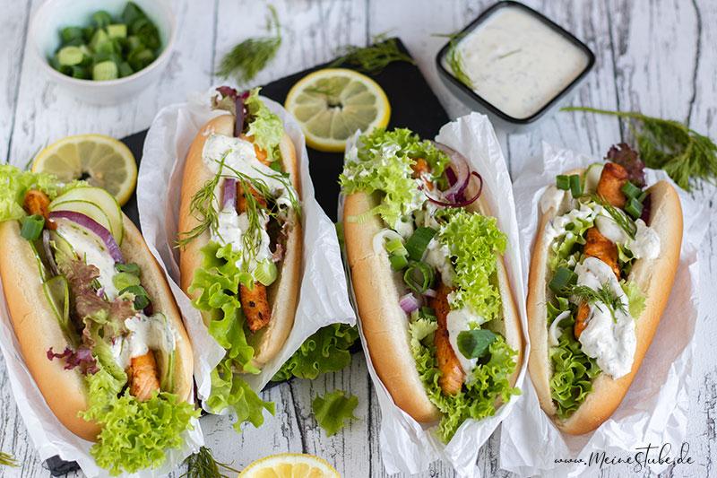 Lachs Hotdog serviert mit Hotdog Soße und belegt mit Salat von meinestube