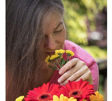 Claudia riecht an der Blume - meinestube