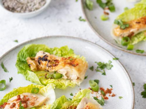 Hähnchen Salatschiffen serviert auf zwei Tellern und Gewürzsalz von meinestube