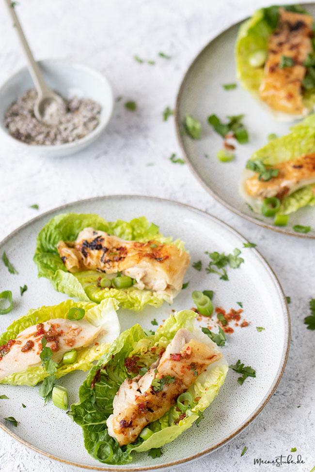 Hähnchen Salatschiffchen serviert auf zwei Tellern und Gewürzsalz von meinestube