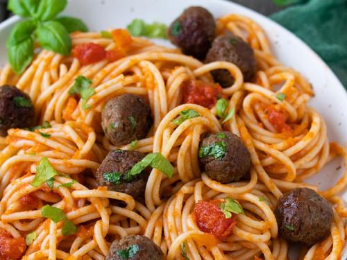 Mittagessen mit Spaghetti und Parmesan-Hackbällchen von meinestube