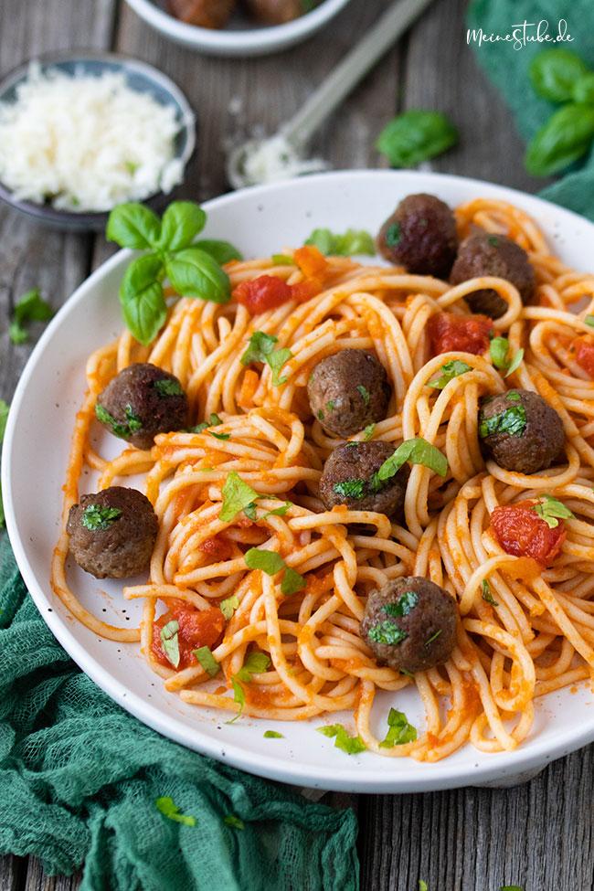 parmesan-hackbaellchen mit Pasta und Tomatensoße von meinestube