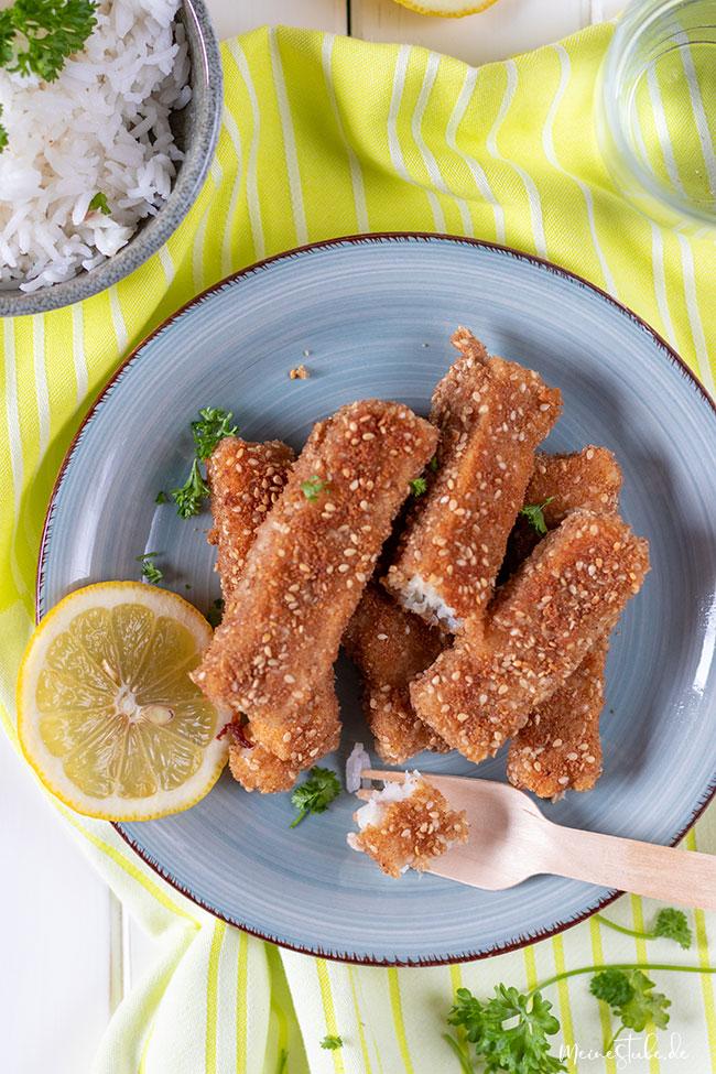 Fischstäbchen mit Reis und Zitrone von meinestube