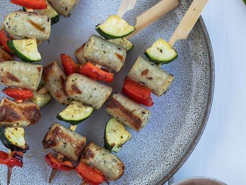 Grillspieße mit Bratwürstchen, Zucchini und Paprika von meinestube