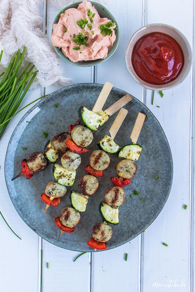 Grillspieße mit Gemüse und Geflügelwurst mit meinestube