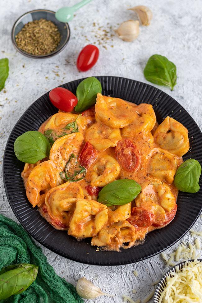 Tortellini Rezept mit Tomaten in Sahne-Soße von meinestube