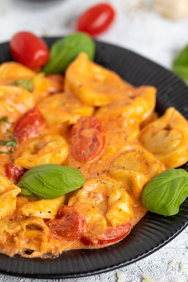Tortellini mit Tomaten Sahnesoße und Käse von meinestube