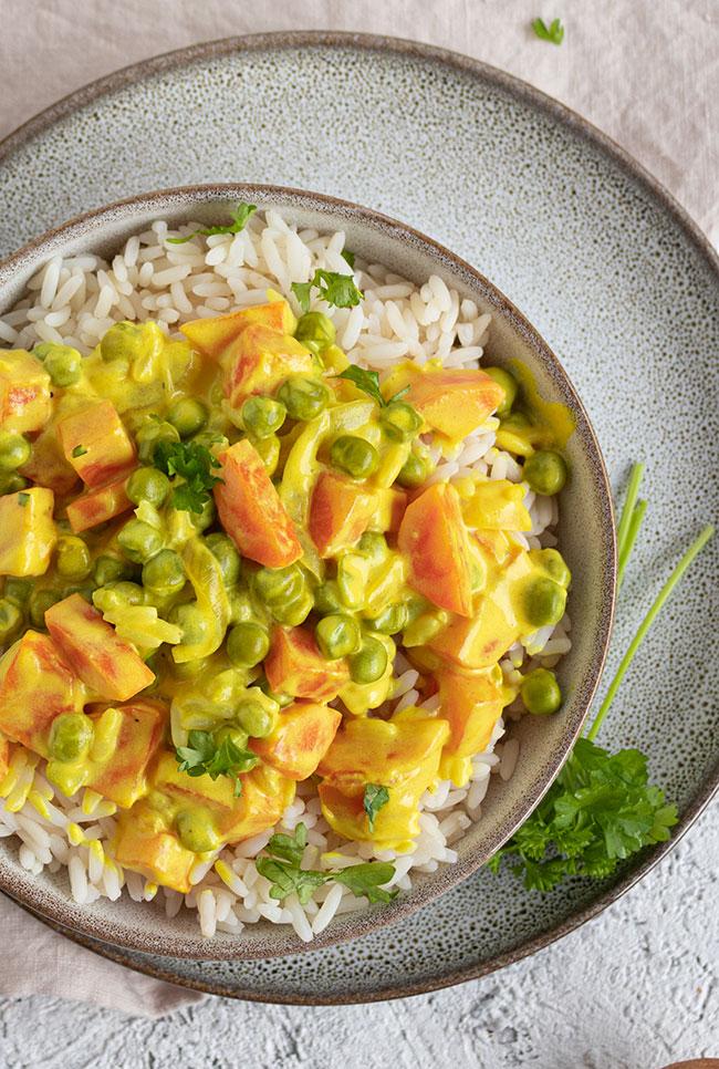 Reis mit Erbsen, Möhren und Frischkäse und Curry von meinestube