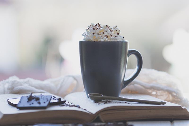 Heiße Schokolade auf einem Buch, meinestube