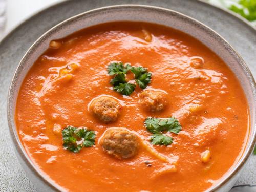 Suppe aus Tomaten und Fleischbällchen, meinestube